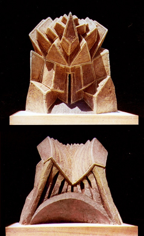 Portes triangles bruns. Grès. H, 0m 50.