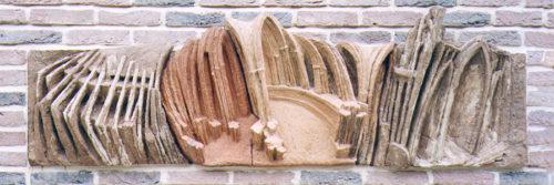 Cathédrale. Au coeur des villes s'édifient de gigantesques cathédrales dont la plus vaste à Amiens - 200.000 m3. Forêt pétrifiée qui rappelle les anciens lieux du culte druidique. H 0m 40, L 1m 75.