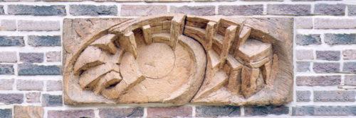 Le Cercle Magique. Evoque à l'emplacement d'Amiens un site mégalithique imaginaire entouré de murailles, dont les portes protègent des souterrains. Ce lieu est un trait d'union entre l'obscurité et la lumière. H 0m 40, L 1m 00.